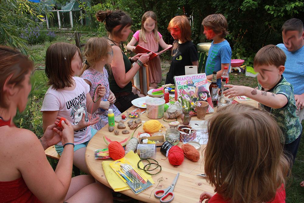 Basteltisch für die Kinder aus der Nachbarschaft